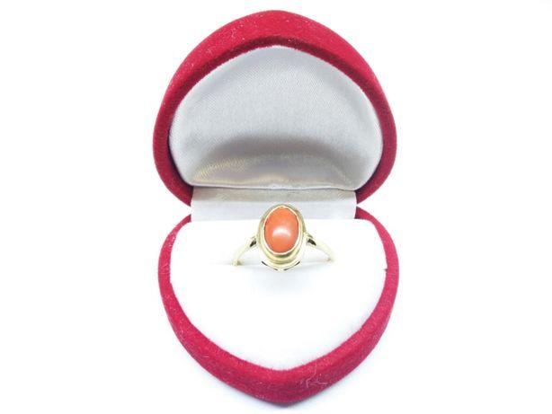 Złoty pierścionek z owalnym, pomarańczowym kamieniem p.585 2,58g