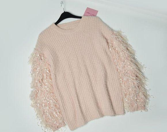 Мягкий свитер с красивыми рукавами
