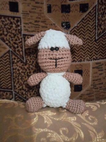 В'язана іграшка овечка