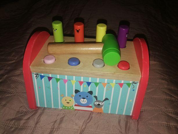 Przybijanie gwoździ, zabawka drewniana