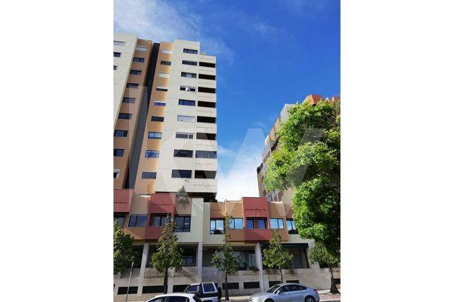 Apartamento T2 em Telheiras com varanda, estacionamento e cozinha remo