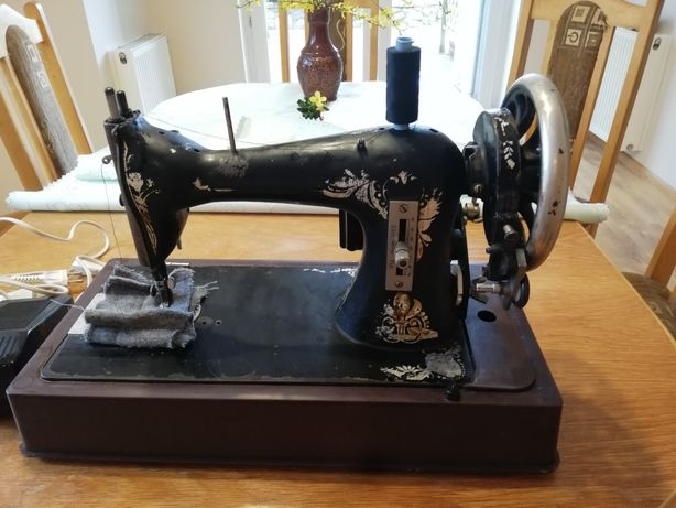 Oryginalna maszyna do szycia Singer z dołożonym napędem elektrycznym