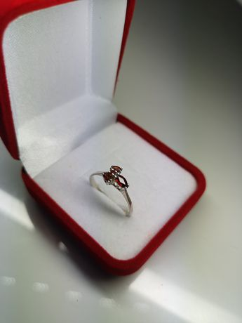 Subtelny pierścionek z kamieniem