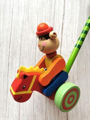 Drewniana zabawka Pchacz na kijku - małpka