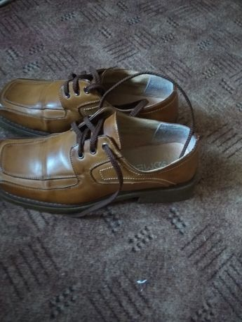 туфли на осень коричнего цвета на шнурках.