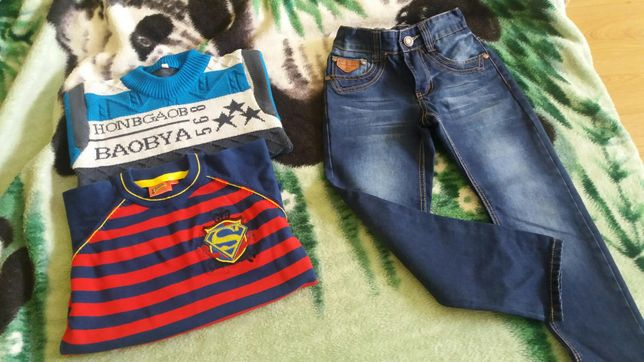 Ubrania chłopięce /Sweter Superman,spodnie jeansowe 116/122 Stan bdb