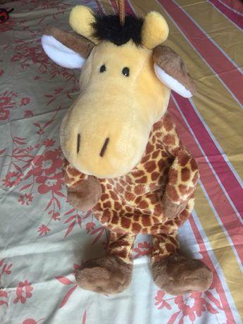 Стильна м'яка іграшка жирафа з кишенькою для солодощів та іграшок.