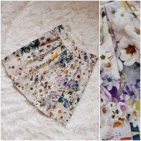 Krótka beżowa spódnica w kolorowe kwiaty na lato XS plisy wzory