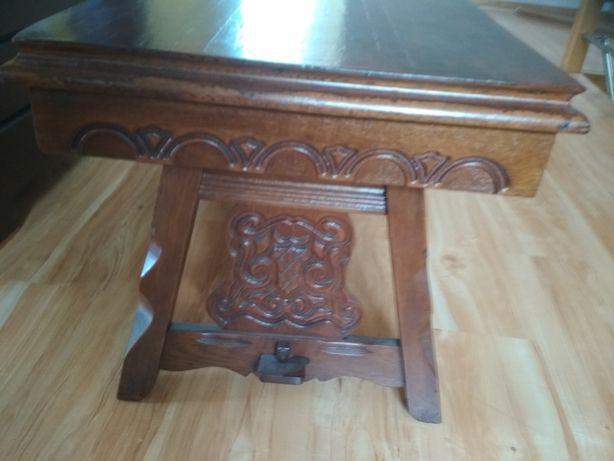 Ława drewniana z ozdobnymi tłoczeniami