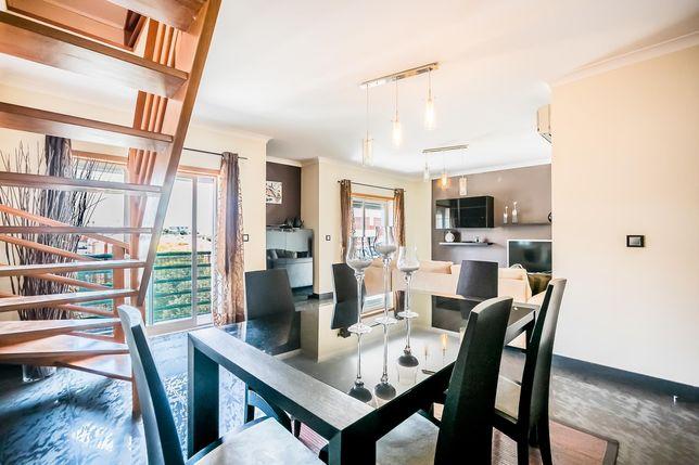 Mobília de sala com mesa e cadeiras