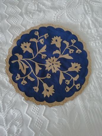 Almofada redonda com bordado de Nisa