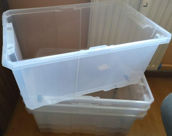 Zestaw pudeł/organizerów do przechowywania.
