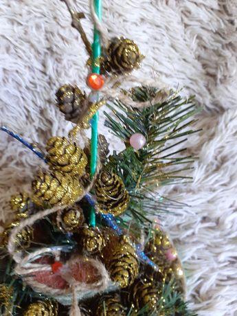Fikuśny stroik bożonarodzeniowy.