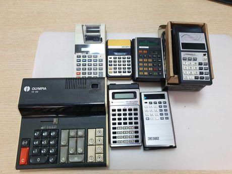 Zestaw siedmiu retro kalkulatorów.