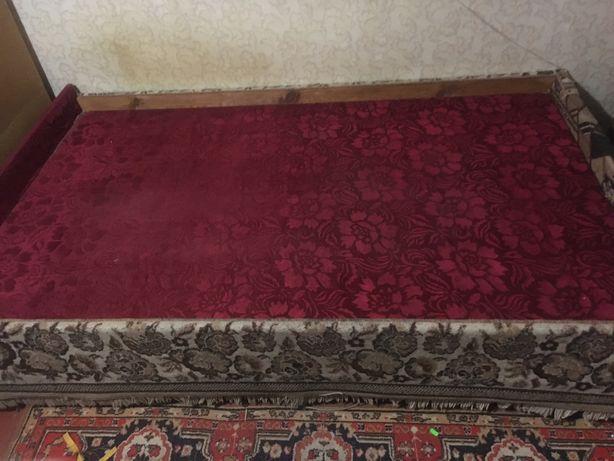 Самодельная деревянная кровать , полками