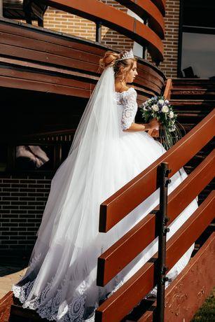 Белоснежное свадебное платье со шлейфом