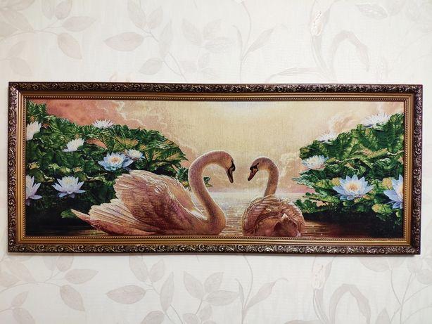 Лебеди, красивая картина в раме, гобелен. Пара лебедей на рассвете.