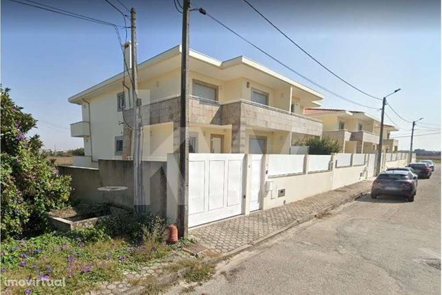 Moradia T5 geminada | suite, sala de cinema e garagem fechada | Aradas