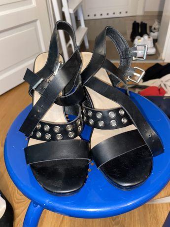 Czarne sandałki CCC