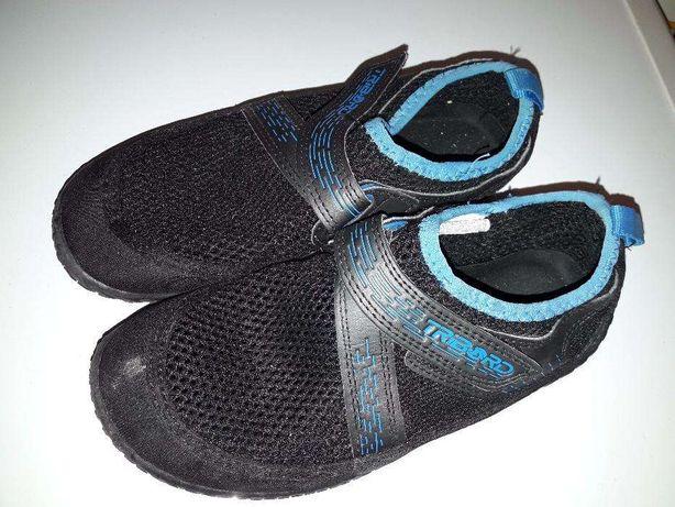Sapatos de canoagem e rochas