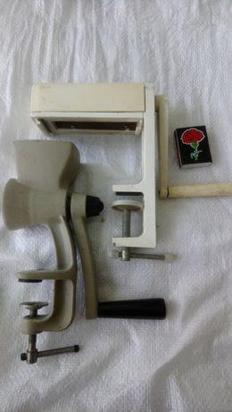 Кухонная утварь СССР :лапшерезка ,перце-кофемолка . Металлические