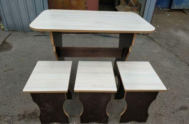 Новый стол с тремя стульями.