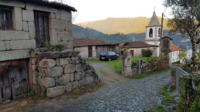 2 Casas com Espigueiro com vista Albufeira da Caniçada