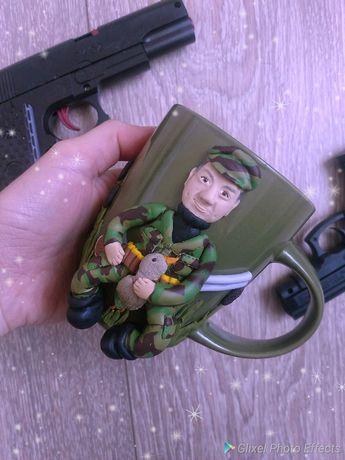 По фото охотник из полимерной глины на чашке.