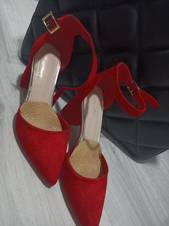 Buty czerwone na obcasie