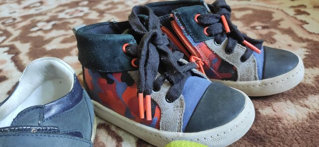 Три пары обуви. Clark s , Adidas.