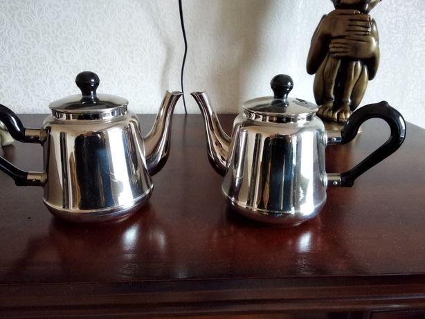 Два заварных чайничка.