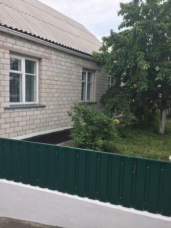 Продам будинок з літньою кухньою та двома гаражами