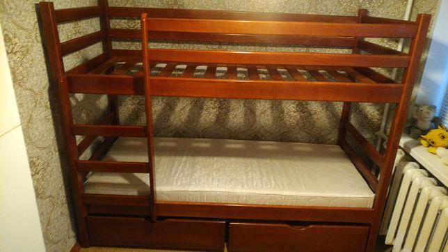 Деревянная двух ярусная кровать.