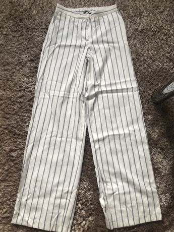 Modne spodnie z szerokimi nogawkami