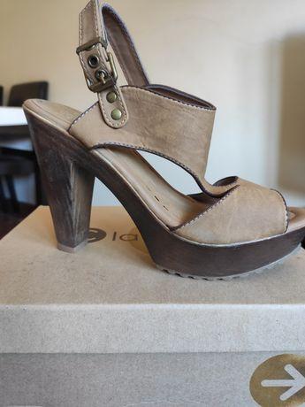 Sapatos altos em caixa