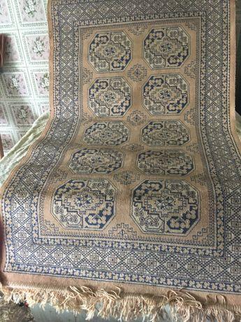 Um tapete antigo persa negociavel