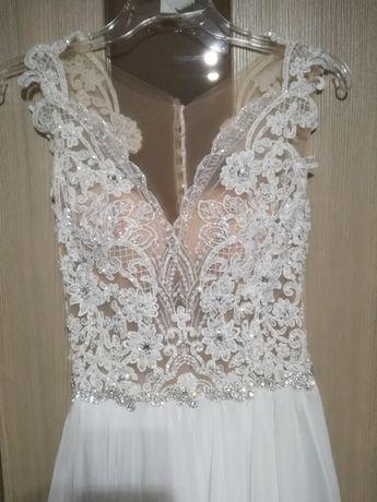 Piękna koronkowa suknia ślubna z muślinowym dołem