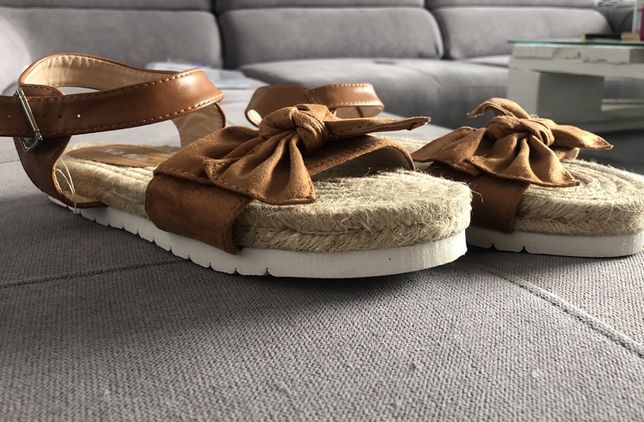 Sandaly ze slomy z kokarda