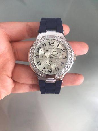 Relógio azul modelo clássico, Carteira de mulher castanha pele