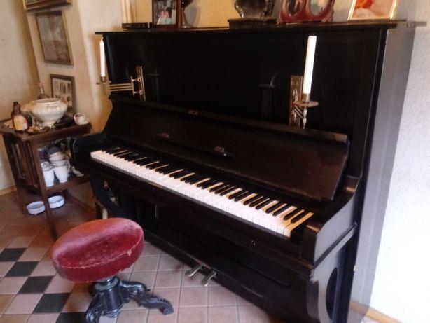 Stare pianino z metalowä plyta