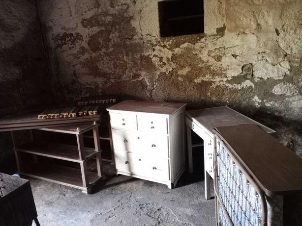Conjunto de cama, estantes, secretária e cómoda
