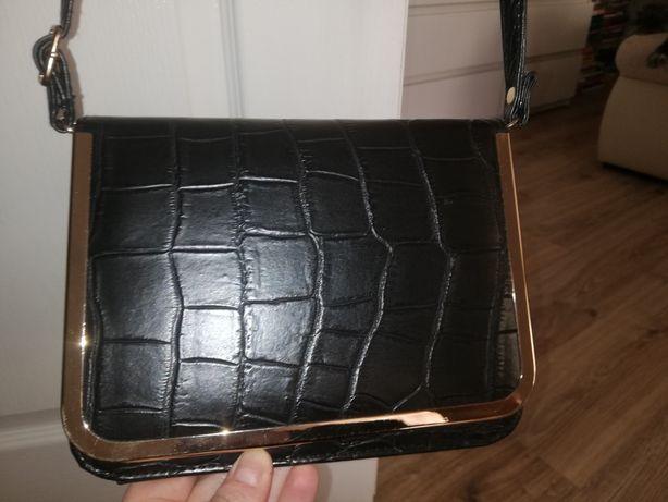Elegancka czarna torebka ze złotymi dodatkami