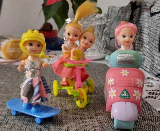 Małe laleczki plus rower,motor i deskorolka.