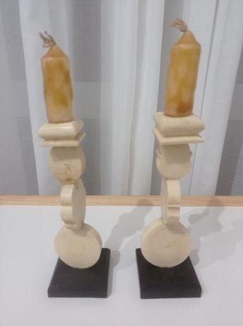 2 Castiçais com base em Pau Preto. Anos 60. Moçambique. 6x6x17cm.
