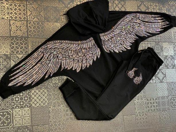 Спортивный костюм с крыльями из страз