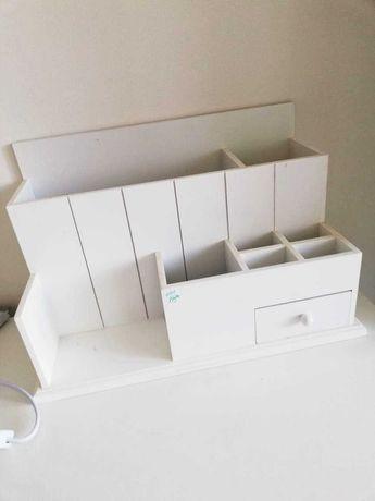 Piękny, biały, wielofunkcyjny organizer na biurko