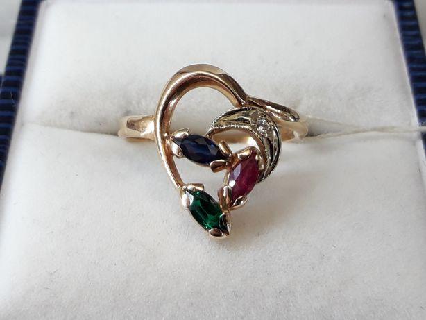 Золотое кольцо с рубином сапфиром изумрудом и бриллиантом КюЗ