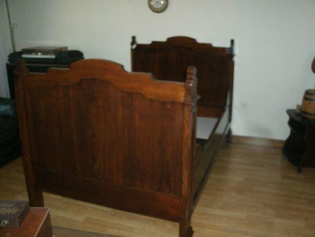 Cama de solteiro em madeira