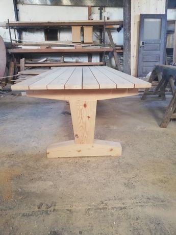 Mesa de madeira rústica e muito robusta.