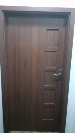 Drzwi DRE 90 Prawe, orzech z oscieznica regulowana.